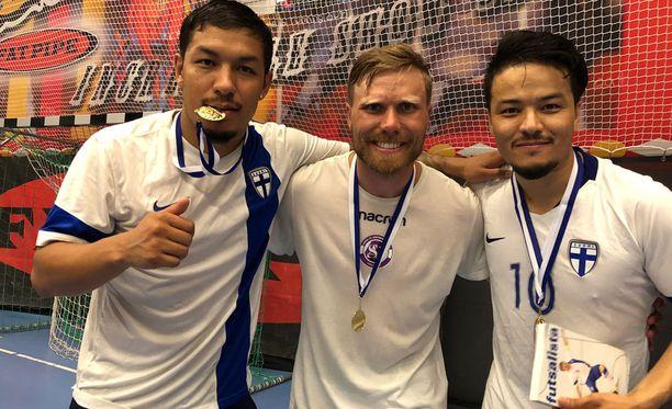 Veljekset Moshtagh (vas.) ja Hassan Yaghoubi (oik.) järjestivät kiihkeän futsalturnauksen, johon osallistui myös futsalmaajoukkueen kapteeni Panu Autio.