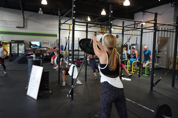 Oletko kokeillut vapailla painoilla treenaamista? Saatat yllättyä liikkeiden tehosta, kun monta lihasryhmää työskentelee yhtä aikaa.