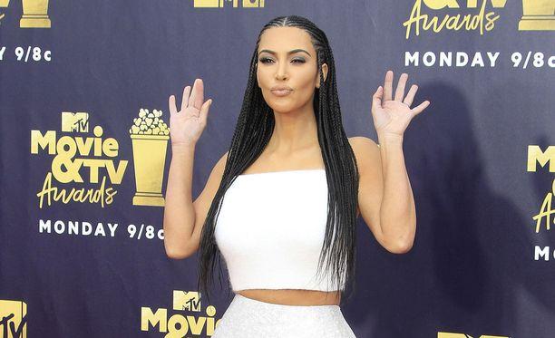 Kim Kardashian on ottanut sydämen asiakseen liian pitkät tuomiot rikoksistaan saaneiden vankien auttamisen.