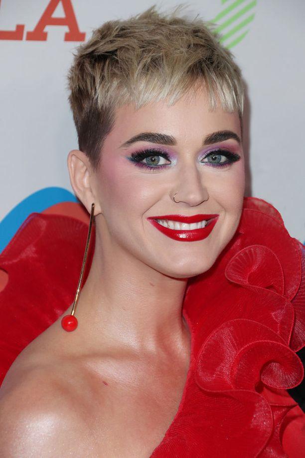 Katy Perry viihtyy lyhyessä hiuslookissa.
