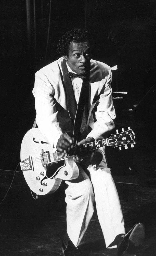 """Esiintyjänä Chuck Berry tuli tunnetuksi kehittämästään ja sittemmin kuuluisaksi nousseesta """"ankkakävelystä""""."""