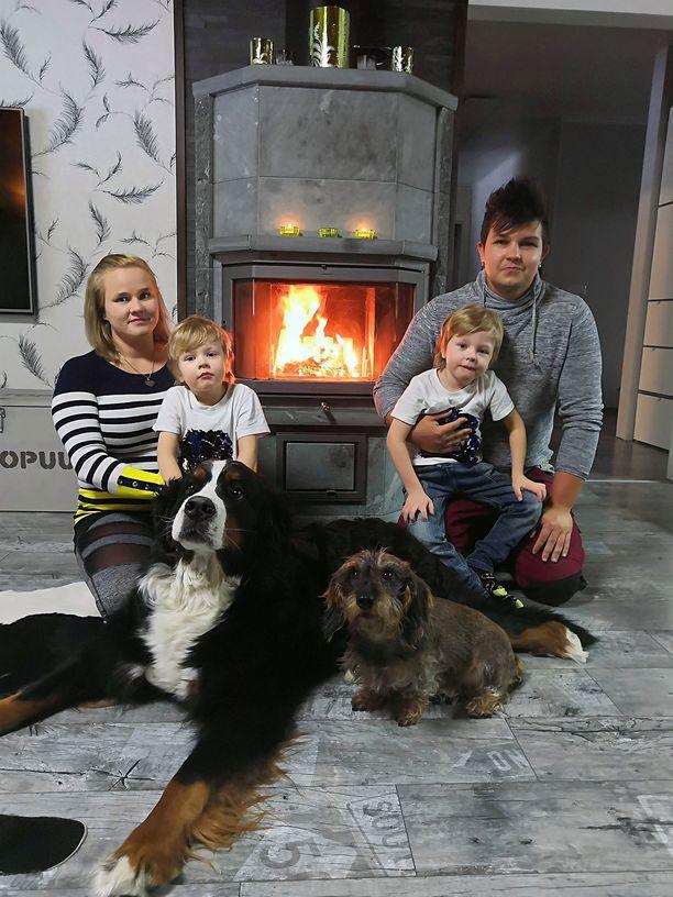 Kuvassa kotinsa remontoineet Mikko Tuomi ja Anna Kokko. Annan sylissä Eerik ja Mikon sylissä Kristian. Etualalla berninpaimenkoira Pamela ja mäyräkoira Ellu.