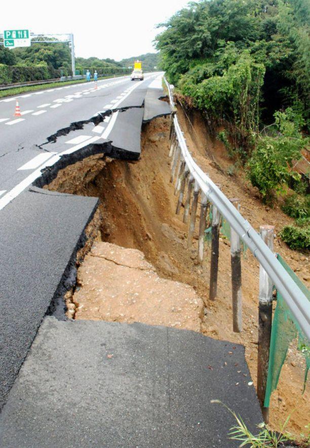 Japanin tiistainen järistys aiheutti muun muassa moottiritien penkan sortumisen.