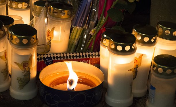 16-vuotiaan tytön surma on järkyttänyt keravalaisia syvästi. Keravan keskustassa sijaitsevalle surmapaikalle on tuotu lukuisia kynttilöitä ja esimerkiksi suklaata.