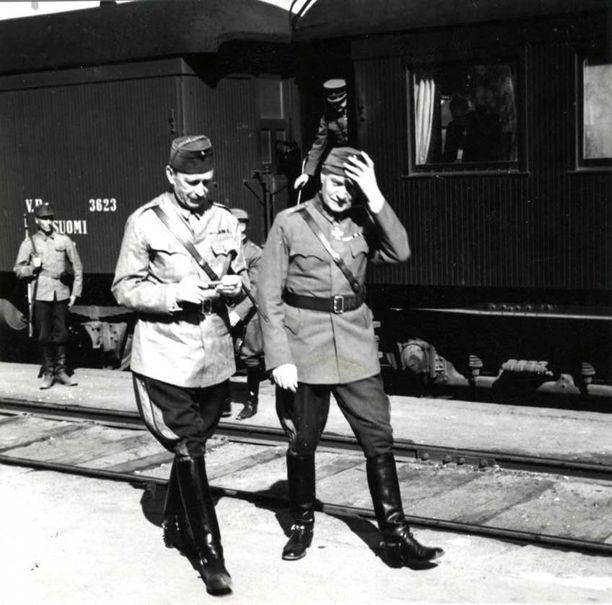 Marsalkka Mannerheimin epäonnistui Karjalan Kannaksen suurhyökkäykseen varautumisessa. Kuvassa myös puolustusministeri Walden.