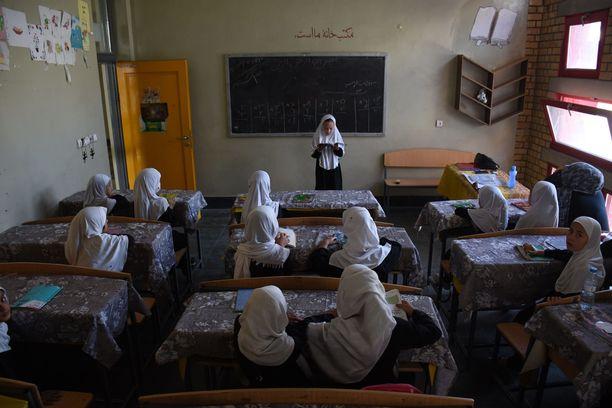 Afganistanilaisia tyttöjä koulussa Balkhissa syyskuussa.