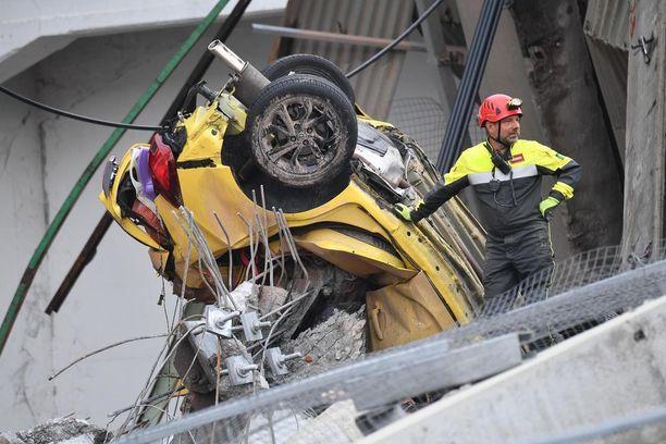 Italian siltaturmassa olleet autot tuhoutuivat onnettomuudessa täysin.