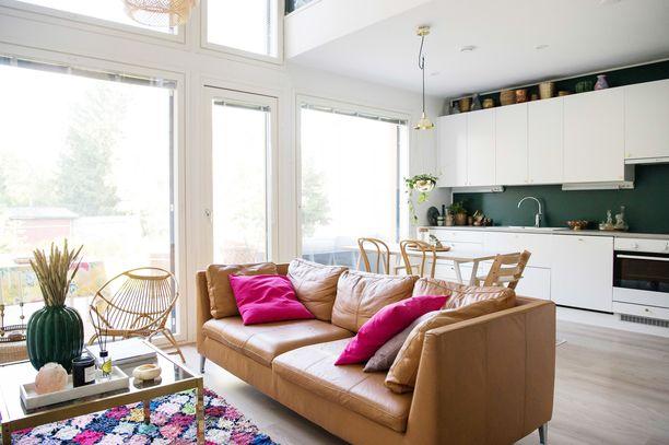 Irene Naakan kodin näyttävimmät huonekalut ja sisustusesineet ovat kierrätyslöytöjä. Olohuoneen marokkolaismatto löytyi nettihuutokauppa Ebaysta. Ikean ruskea nahkasohva on yksi hänen onnistuneimmista Facebook-kirppislöydöistä.