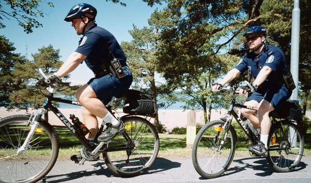 TYÖN PUOLESTA Kaikissa ammateissa työvaatteita ei voi valita. Hellehelpotuksia kuitenkin on, kuten polkupyöräpoliisien polvihousut ja tarjoilijoiden lyhythihaiset kauluspaidat.