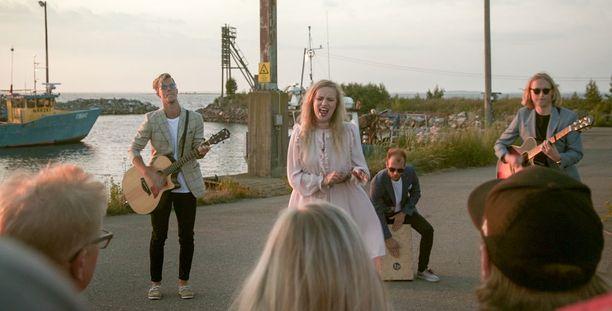 Haloo Helsinki! esittää Hennalle, Simolle ja muulle perheelle Vapaus käteen jää -kappaleen.