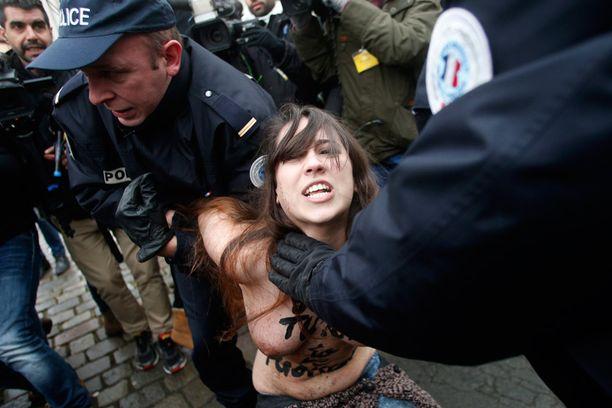 Poliisi nappasi molemmat tempaukseen osallistuneet aktivistit nopeasti kiinni.