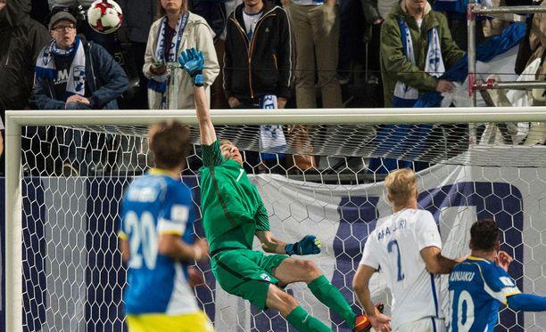Lukas Hradecky ehtii yläkulmaan.