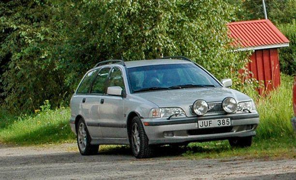 Kolariauto oli kuvan ruotsalaisauton kaltainen vuosimallin 1999 Volvo V40.