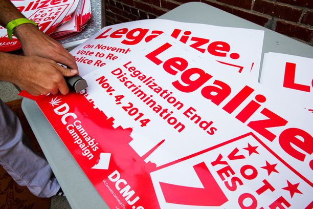 Kampanjajulisteita Washington D.C.:ssä. Pääkaupungin asukkaista liki 70 prosenttia äänesti höllentämisen puolesta.