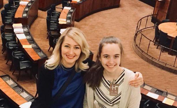 Maria Guzenina julkaisi tunteikkaan yhteiskuvan pikkusiskonsa kanssa eduskunnasta. Guzenina otti teini-ikäisen pikkusiskonsa TET-harjoittelijakseen.