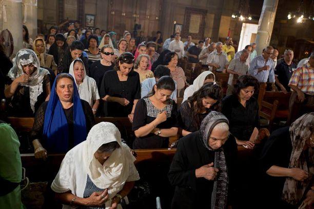 Koptikristityt rukoilivat sunnuntaina EgyptAirin uhrien puolesta jumalanpalveluksessa Kairossa.