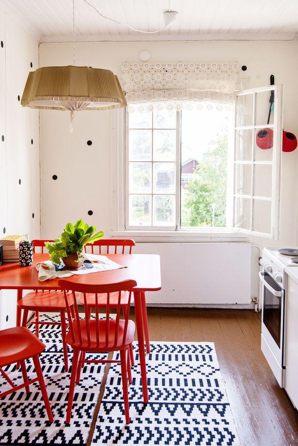 Keittiö avartui, kun sieltä poistettiin kaappeja. Punainen pöytä ja tuolit Hayn, matto on Mollan omaa designia.