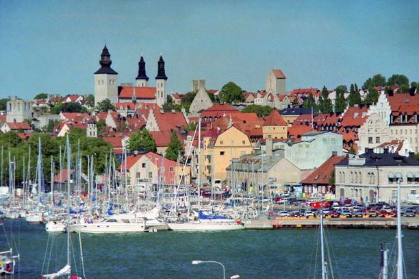 Kesäaikaan Visbyyn lennetään ja tehdään laivamatkoja suoraan Suomestakin. Talvella sinnä pääsee Ruotsin kautta.