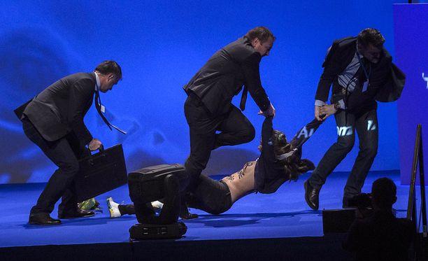 Feministiryhmä Femeniin kuuluva mielenosoittaja hyppäsi Le Penin vaalitilaisuudessa lavalle rinnat paljaana.