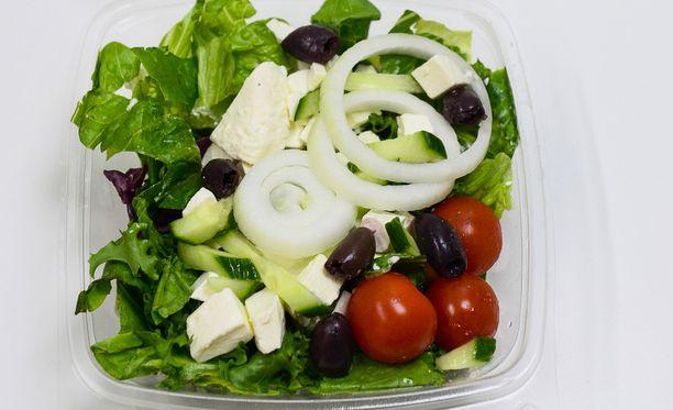 29-vuotias nainen pisteli poskeensa suoraan salaattibaarin kulhosta. Kuvan salaatti ei liity tapaukseen.