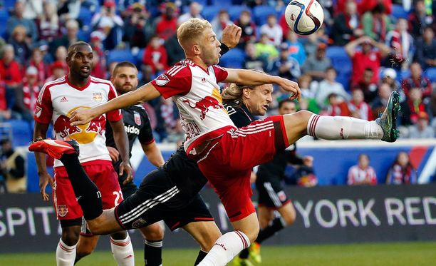 D.C. Unitedin Markus Halsti (takana) taistelee pallosta New York Red Bullsin Mike Grellan kanssa.