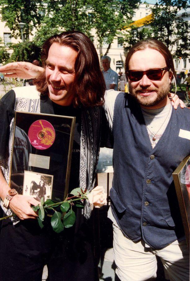 Kuvassa Esa Kaartamo poseeraa vuonna 1994 ystävänsä Mikko Kuustosen kanssa.