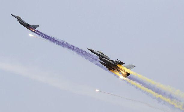 Etelä-Korean KF-16 -hävittäjät osallistuivat USA:n ja Etelä-Korean yhteisiin sotaharjoituksiin pääkaupungin Seoulista pohjoispuolella lähellä Koreoiden rajaa.