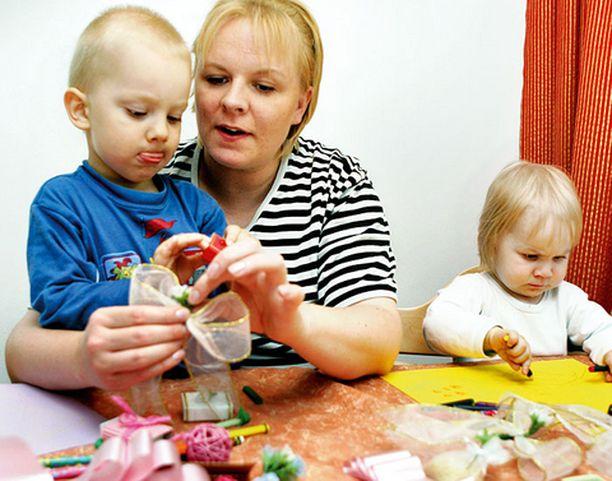 Otto ja Iida seurasivat kiinnostuneina, kuinka äiti Irina Kauhanen askarteli koristeita asiakkaansa häihin.