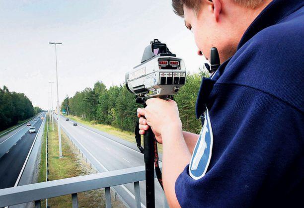 Poliisi jakeli kevään mittaa Oulussa satoja sakkoja ylinopeudesta.