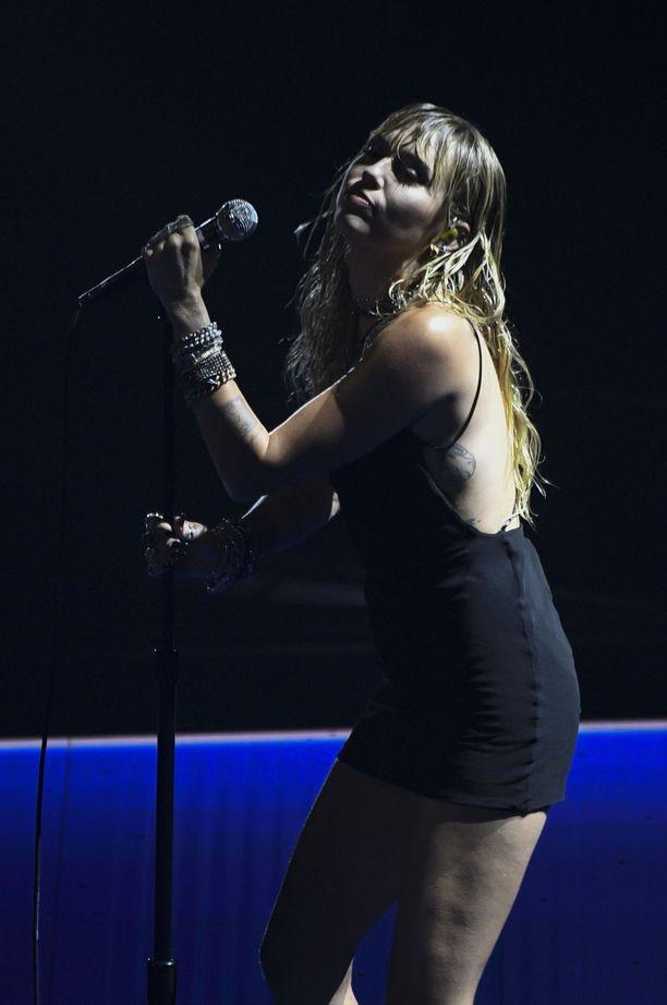 Miley Cyrus esiintyi maanantaina VMA-gaalassa.