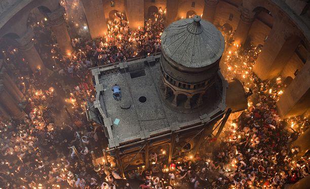 """Jeesuksen hauta on kirkon sisällä olevassa """"ediculessa""""."""