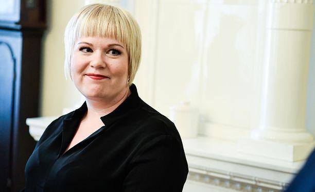 Perhe- ja peruspalveluministeri Annika Saarikon (kesk) mukaan trainslainsäädännön muuttamiseen kohdistuu kansainväliseltä tasolta paineita.