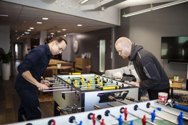 Oskari Ruutiainen (vas) ja Niko Junkala pitävät töistä taukoa pöytäjalkapalloa pelaamalla