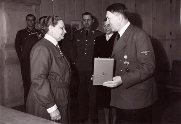 Natsi-Saksan valtakunnankansleri Adolf Hitler ojensi Fanni Luukkoselle Saksan Kotkan-ritarikunnan ristin rintatähtineen 19. toukokuuta 1943. Luukkonen matkusti Saksaan ottamaan vastaan kunniamerkin.