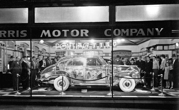 Auto kiersi pitkään ihmeteltävänä Pontiac-myymälöissä.