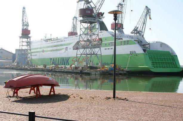 Tallink Starin matkustajat joutuivat nousemaan maihin tavallista eksoottisempaa reittiä, eli autokannen kautta ilman autoja.