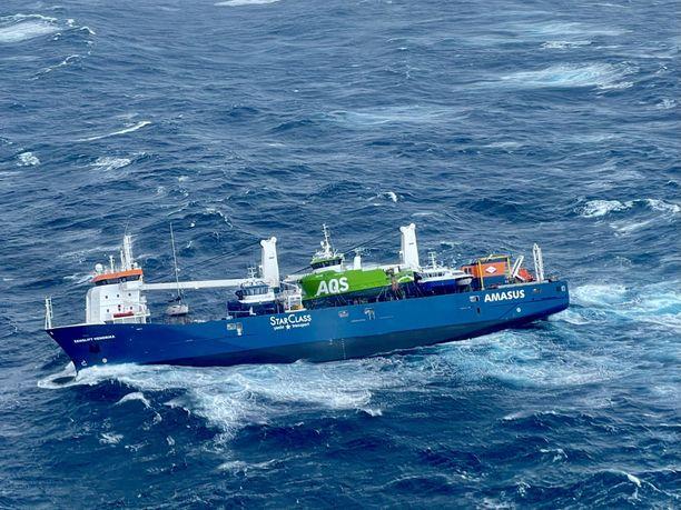 Helikopterista otettu kuva Eemslift Hendrikasta. Vihreä AQS:n omistuksessa oleva alus on irronnut, ja se kelluu kohti Norjan rannikkoa.