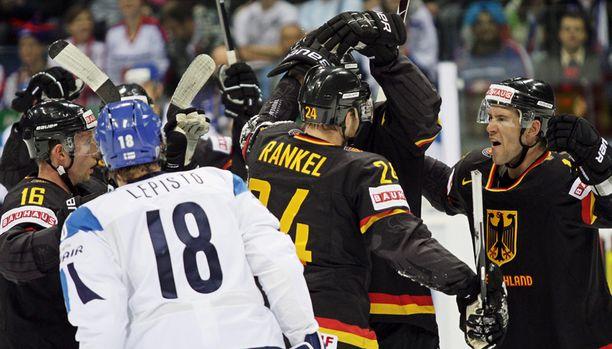 Andre Rankel juhlii Saksan 1-1-tasoitusta.