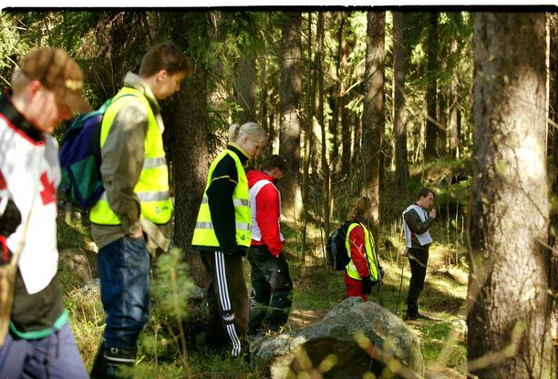 Vapaaehtoiset etsivät Raisa Räisästä maastosta keväällä 2000.