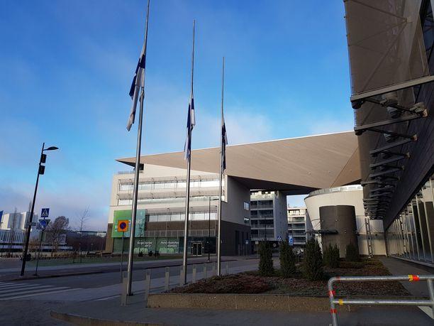 UPM:n pihan lippusaloissa liput ovat puolitangossa.