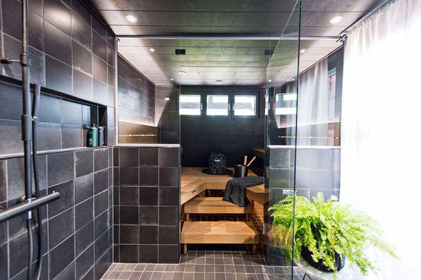 Musta-harmaaseen taloon kuuluu tietysti myös musta sauna. Mutta lauteet eivät ole mustat.