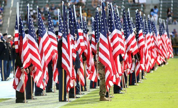 Yhdysvaltojen liput esillä ennen Buffalo Billsin ottelua.