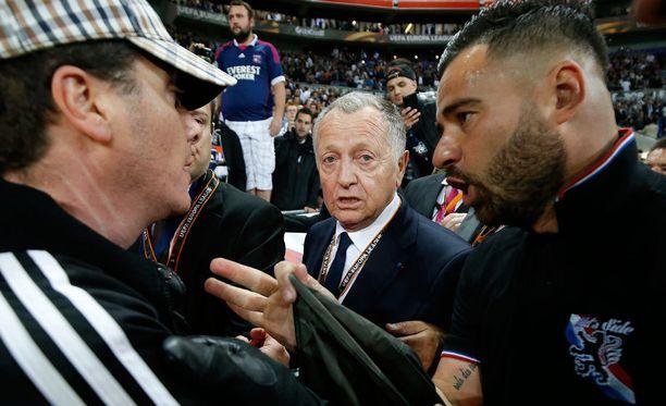 Jopa Lyonin puheenjohtaja Jean-Michel Aulas jalkautui kentälle rauhoittelemaan tilannetta.