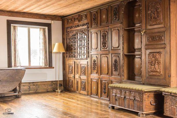 Porvoolaistalon erikoisuuksiin kuuluu muun muassa Tanskasta löydetty 1600-luvun friisiläinen seinäpaneeli.