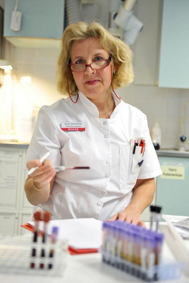 Laboratorion esimies – Laboratoriohoitajan työ on mukavaa ja haastavaa. Tämä on palveluammatti. Työssä täytyy pitää ihmisistä. Päivät ovat keskenään erilaisia ja työ monipuolista. Toivoisin alalle lisää nuoria, Maija-Kaisa Skogström sanoo.