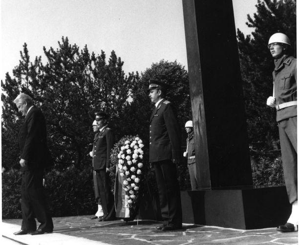 Boris Jeltsin laski ensimmäisenä itänaapurin johtajana seppeleen sankariristille Hietaniemessä.