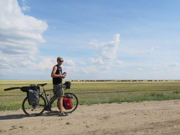 Antti Aittola ja Lauri Ketonen pyöräilivät Kazakstanin aavikkoalueella. Kuvassa Aittola.