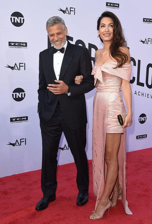 Amal Clooney lukeutuu ehdottomasti maailman tyylikkäimpien naisten joukkoon. Katsokaa vaikka tätä juhlaeleganssia!