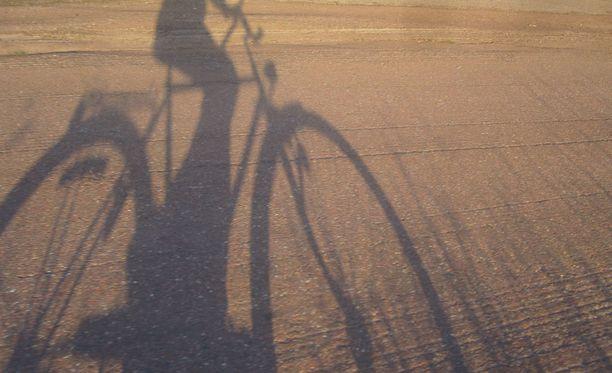 Pyöräilijä kaivoi esiin kättä pidempää, kun kävelijät ohjeistivat häntä oikeasta pyöräilypaikasta. Kuvituskuva.