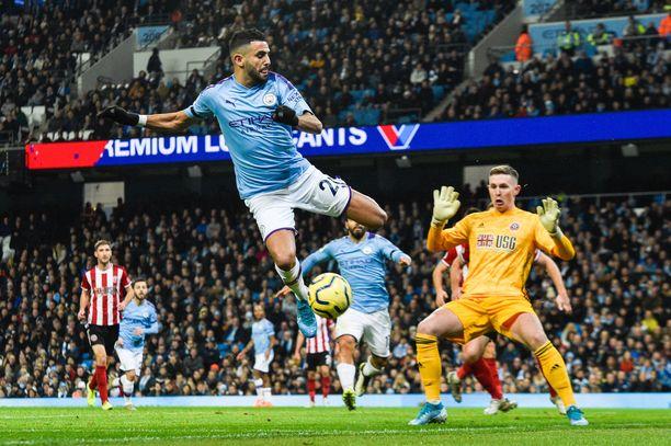 Ammattivedonlyöjä hämmästelee harrastajapelaajien suhtautumista kerroinliikkeisiin. Kuvassa Manchester Cityn Riyad Mahrez yrittää yllättää Sheffield United -veskari Dean Hendersonia.